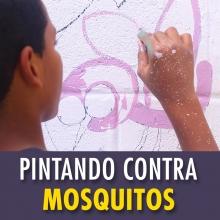 Adolescentes pintando sus escuelas contra los mosquitos